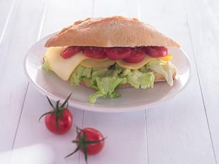 Brötchen belegt mit Käse, Salat und Tomaten