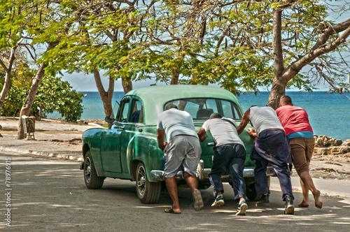 Fotobehang Vintage cars Ein Oldtimer wird am Playa La Boca Kuba angeschoben