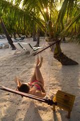 Frau entspannt in Hängematte auf exotischer Insel