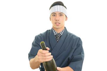 日本酒を持つ笑顔のウェイター