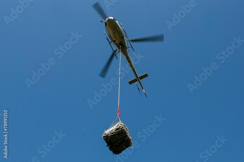 Deurstickers Helicopter Elicottero con carico sospeso