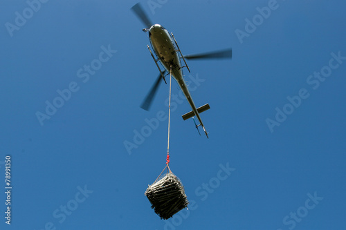 Foto op Plexiglas Helicopter Elicottero con carico sospeso