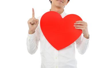大きな赤いハートマークを持って指を指している男性