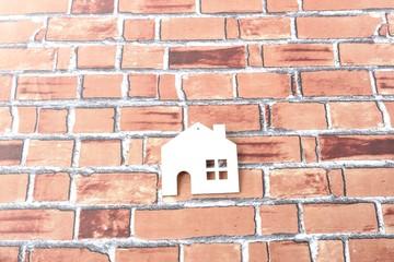 レンガの上に置かれた白い家のシルエット