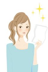 用紙を確認する女性 笑顔