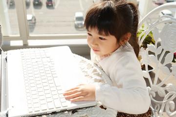 パソコンを楽しむ笑顔の女の子