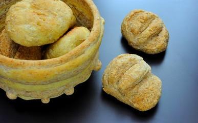 Cestino fatto di pane con panini di farina integrale