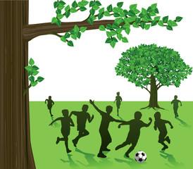 Kinder Spielen Fußball im Park