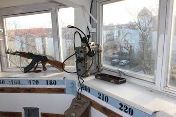 Grenzturm mit ak und Funkgerät