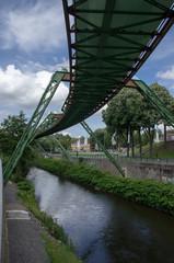 Schwebebahnkonstruktion in Wuppertal über der Wupper