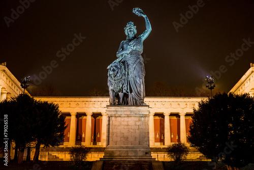 Bavaria vor Ruhmeshalle auf Theresienwiese in München bei Nacht