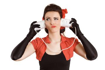 Frau hört mit Dosen
