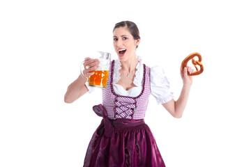 Frau im Dirndl mit Bier und Brezel feiert und lacht