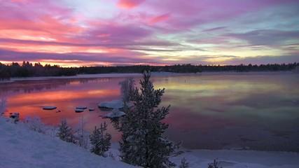 Soleil de minuit au delà du cercle polaire