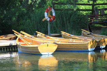 Ruderboote am Steg