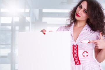 Krankenschwester mit leerem Board
