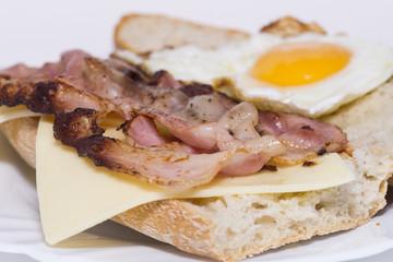 Bocadillo de bacon, queso y huevo.