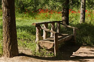 Banco de madera hecho con troncos.