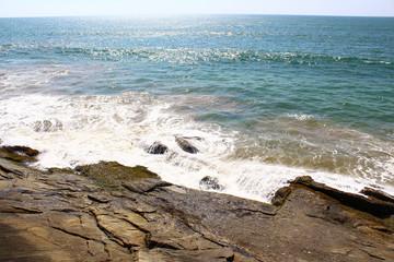 Волна ударяется о скалы, Бентота