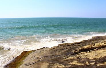 Волны бьются о скалы у отеля Saman Villas, Шри-Ланка