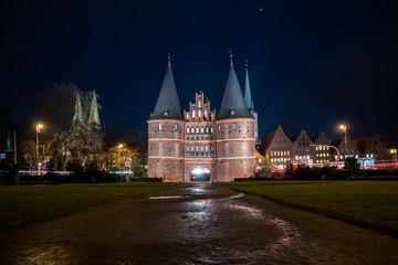 Lübecker Holstentor bei Nacht01