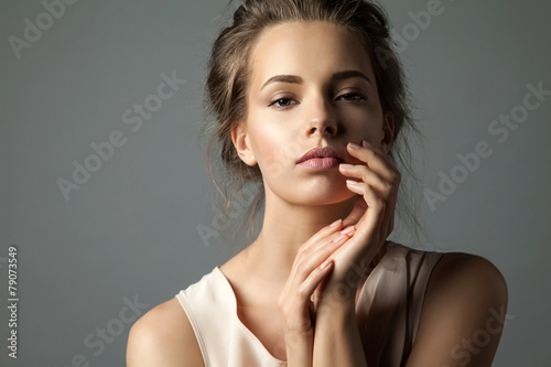 Poster Pretty young woman watching at camera