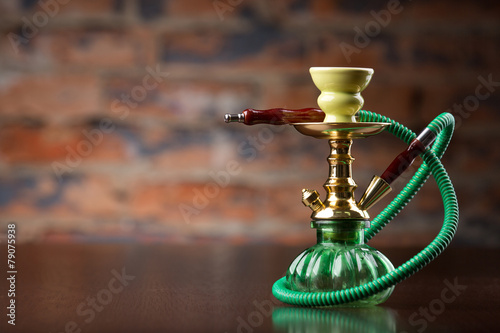 Poster Eastern green hookah on wood table