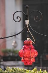 Venezia, lampione rosso caratteristico con sfondo sfocato