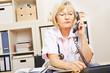 Ärztin beim ärztlichen Notdienst am Telefon