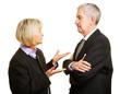 Paar Senioren reden und streiten miteinander
