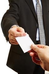 Hand gibt Visitenkarte als Kontakt