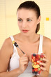 Frau isst Früchte
