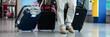 Leinwanddruck Bild - mann mit koffern am flugplatz
