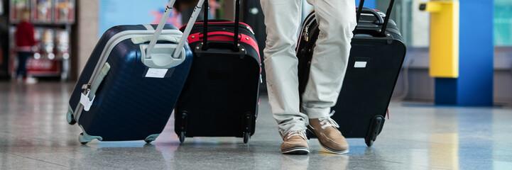 mann mit koffern am flugplatz