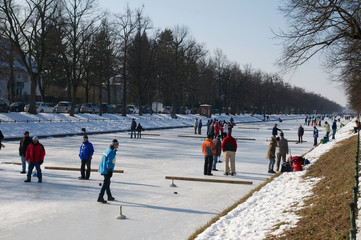 Menschen auf Eisbahn im Freien