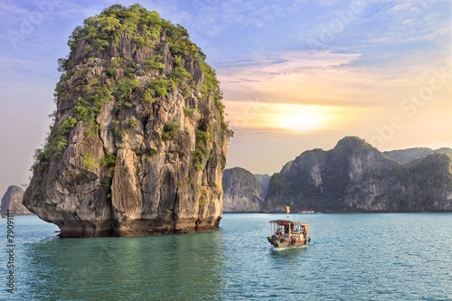 Foto op Canvas Strand seascape sunset at Halong Bay