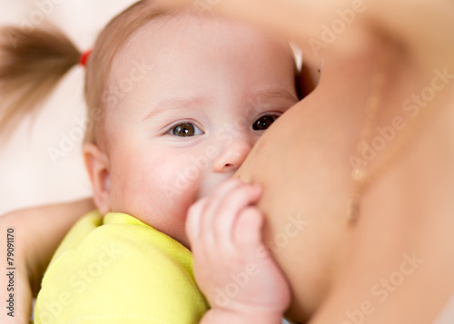 mother breastfeeding baby with breast milk - 79091170