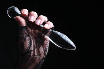 Dildo aus Acrylglas in der Hand