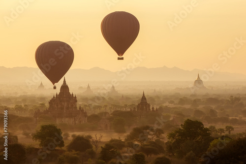 Plexiglas Ballon air balloons over Buddhist temples at sunrise. Bagan, Myanmar.