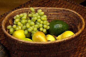 Груша и виноград в овальной корзине