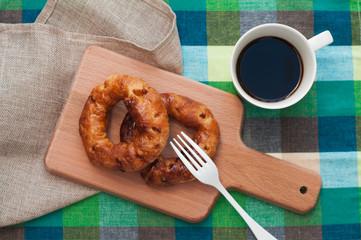 円形のパイとコーヒー