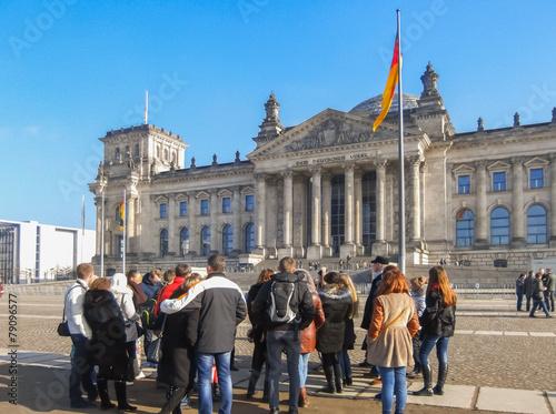 Fotobehang Berlijn Reichstag mit Reisegruppe