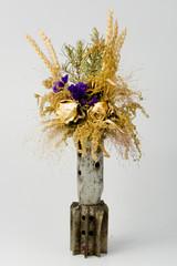 Засохшие цветы c колосками на светлом фоне