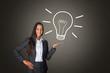Geschäftsfrau hält handgezeichnete Glühbirne / Idee & Innovation