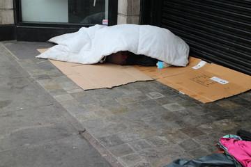 schlafender Obdachloser in der Straße