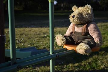 Teddy bear sull'altalena