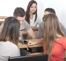 Studentinnen schauen Kommilitonen zu