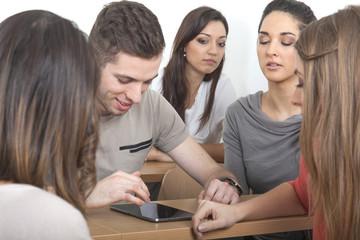 Gruppe Studenten mit Tablett PC