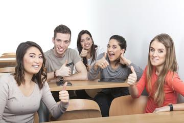 Studenten halten Daumen hoch im Klassenzimmer