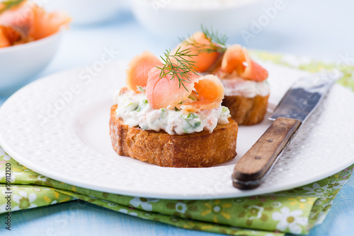 Canapes with smoked salmon and cream cheese - 79112120
